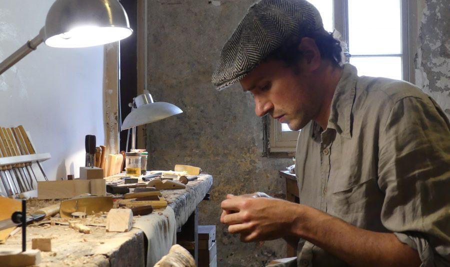 Boris Dumoulard-Beucher fabrique à la main et sur place des jouets en bois.