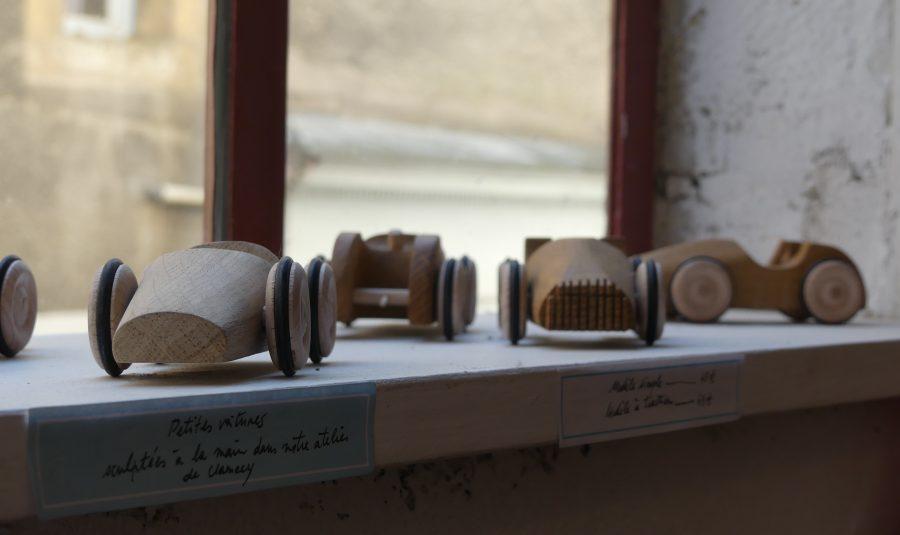 Les jouets en bois sont fabriqués à la main et sur place.
