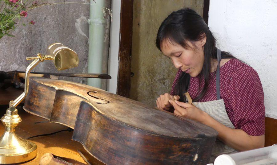 Tea Lingman propose ses services de luthier.