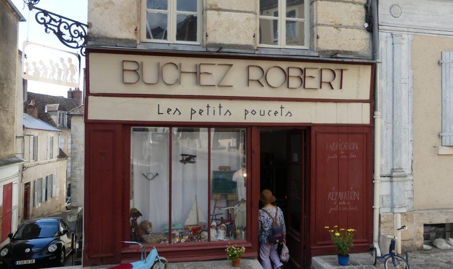 L'atelier de lutherie se trouve dans la boutique Les Petits Poucets.